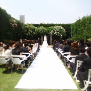 緑の芝の上に敷かれた純白のバージンロード