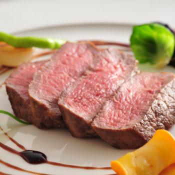 メインはやわらかいお肉をお箸でも食べられるように