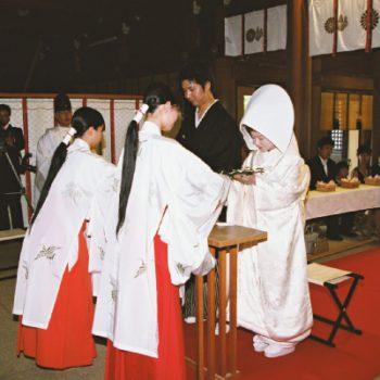 日本人ならではの伝統衣裳の白無垢で