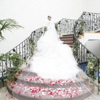 花びらの絨毯が敷かれたらせん階段