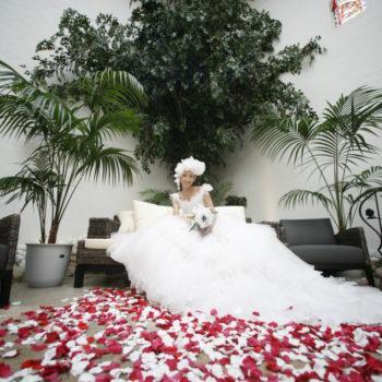 花びらの絨毯の上での高砂ソファ