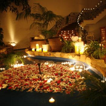 屋内ガーデンの泉の中にもキャンドルを浮かべ水面からの輝きも幻想的に