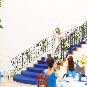 らせん階段からの入場にはゲストからおもわず歓声をあげる