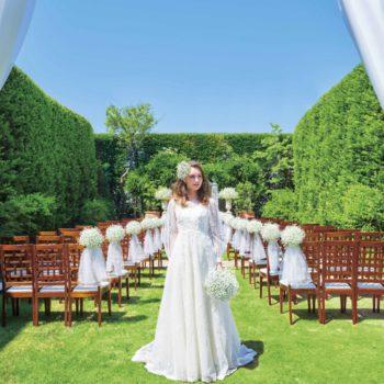 緑の絨毯とウェディングドレスの白とのコントラストが映える