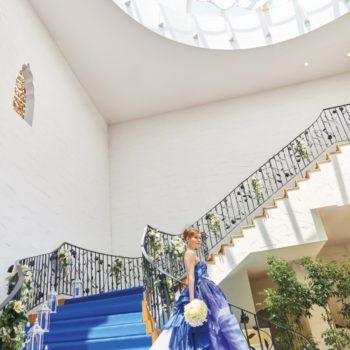 圧倒的な天井高から降りてくるらせん階段