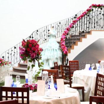 らせん階段にも装飾を施しまるで海外のウェディングのよう