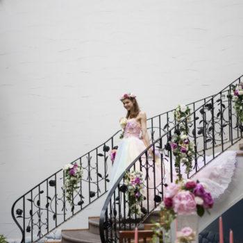 カラードレスとテーブルのお花のコーディネート
