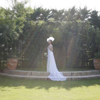 ガーデンの奥には壁泉を備えた祭壇