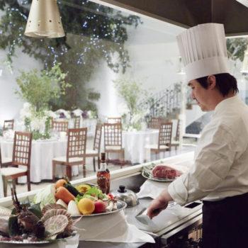 料理ができる様子をライブで楽しめるオープンキッチン