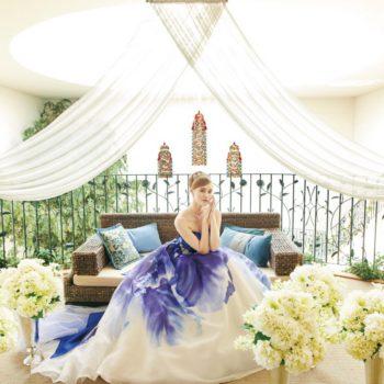 屋内ガーデンを上から見下ろせるテラスでステンドグラスをバックに撮るワンショット